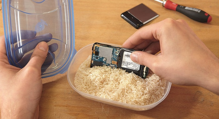 Drying your smartphone with rice